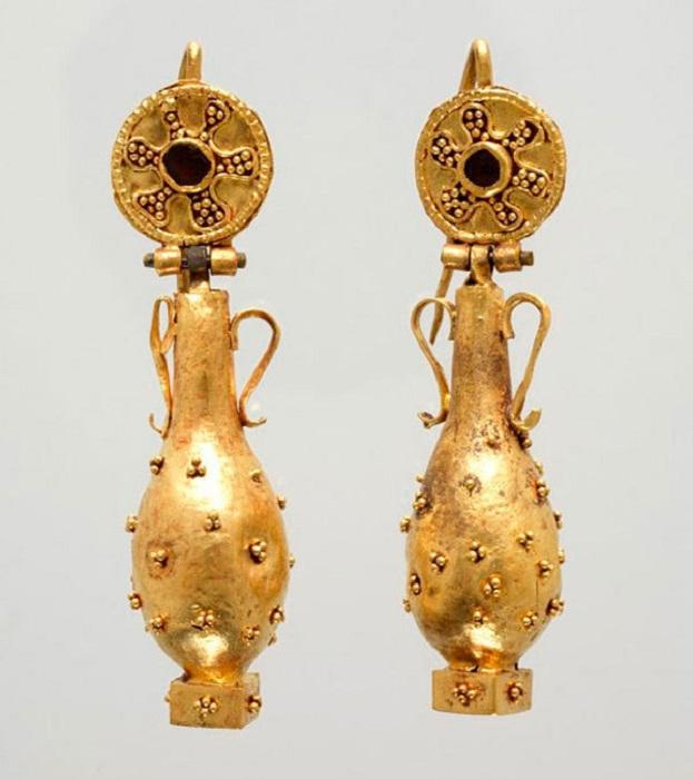 Серьги с подвесками в виде амфор (Золото, гранат, VI в. до н.э.)